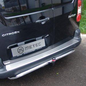 Metec takapuskurin RST suojalevy Kiinnitys kaksipuoleisella 3M teipillä, mukana pakkauksessa.